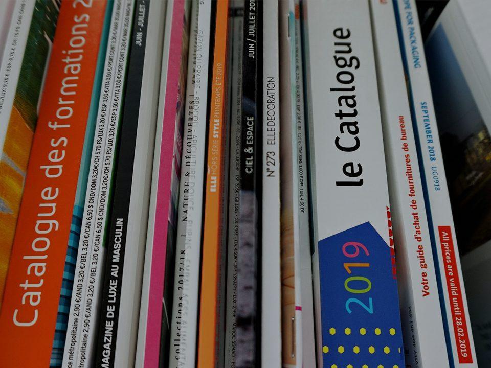 Tranches de plusieurs catalogues imprimées vue de haut